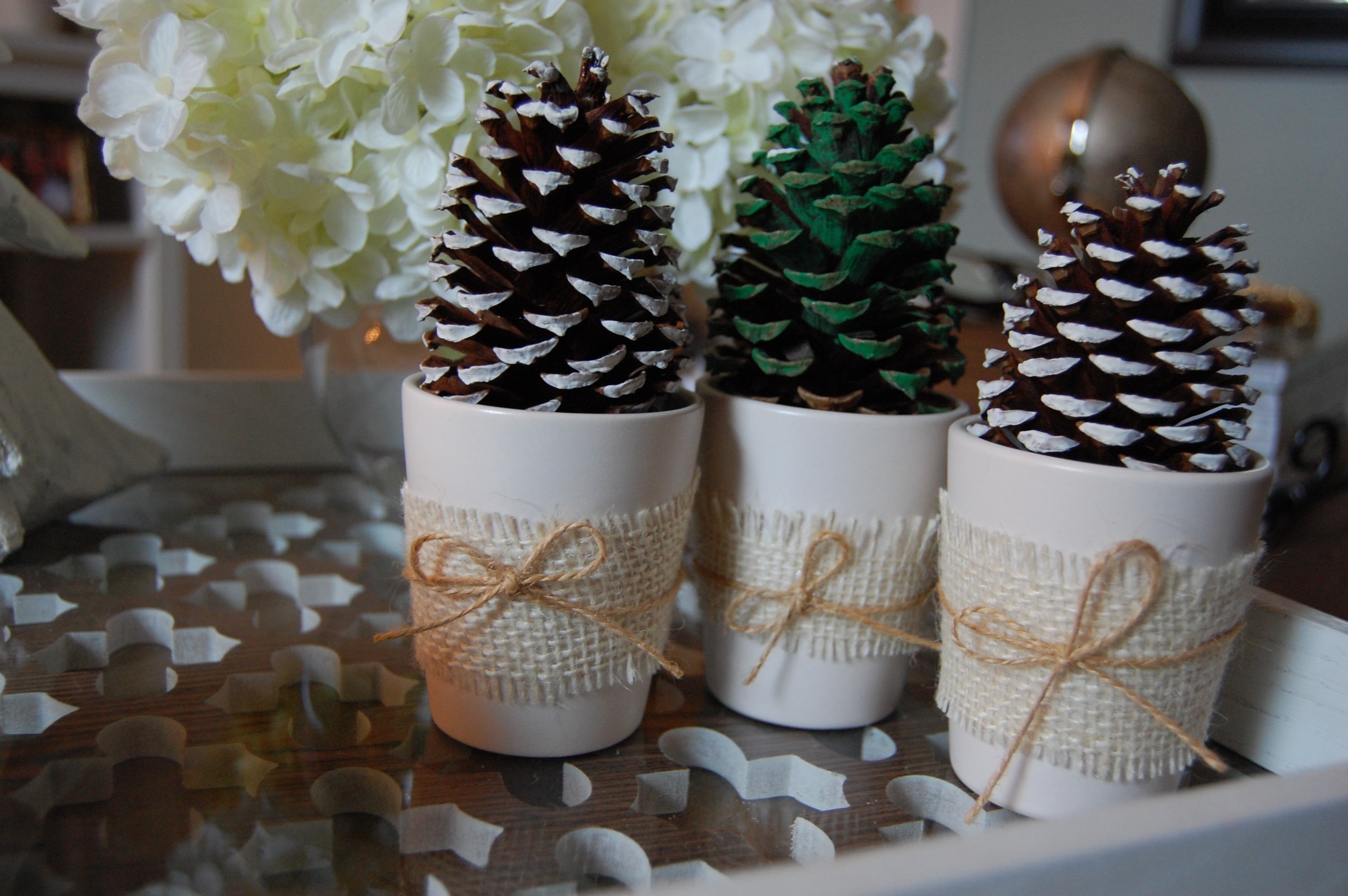 Pine cone christmas trees made2style for Decorating pine cones for christmas tree